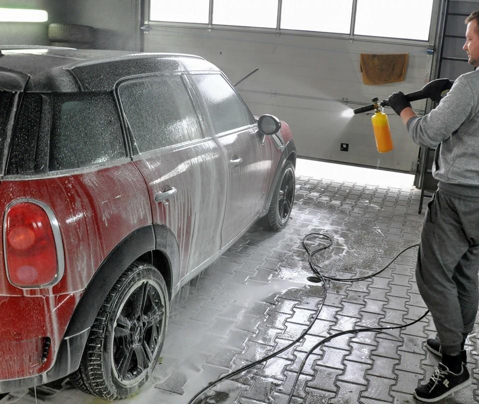 Tomasz Komorowski podczas mycia Volkswagena Mini, fot. Nie mam czasu, myję auto