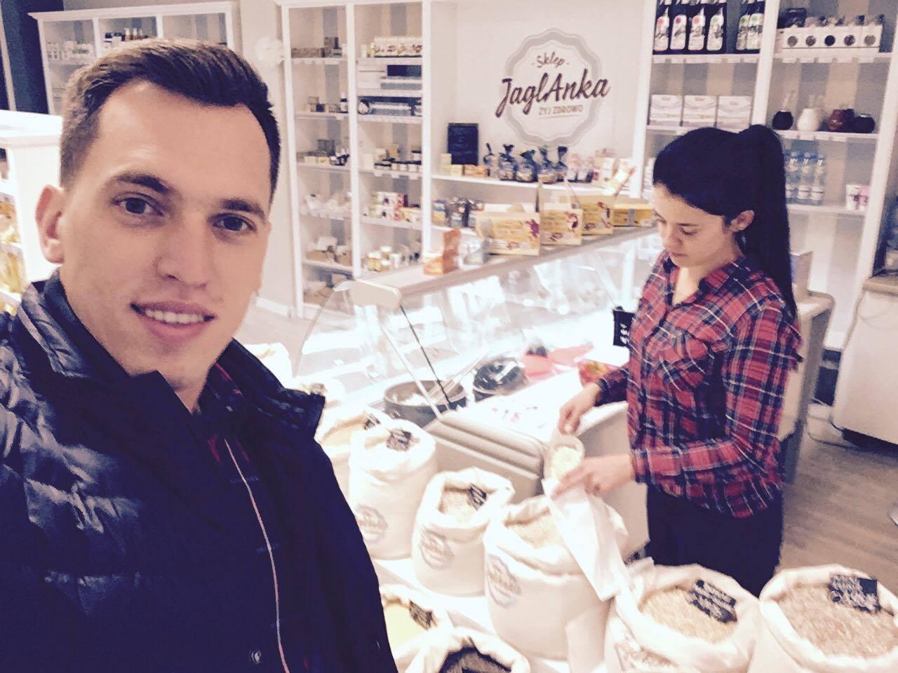 """Tomek Zubrycki w """"Jaglance"""" - sklepie ze zdrową żywnością prowadzonym przez jego żonę"""